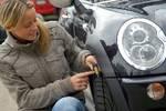 Sicherheit geht vor: regelmäßige Reifenkontrolle Foto: mpt/Delticom